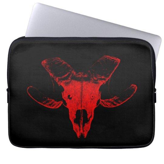 Totenschädel vom Schaf auf schwarzer Laptop Tasche