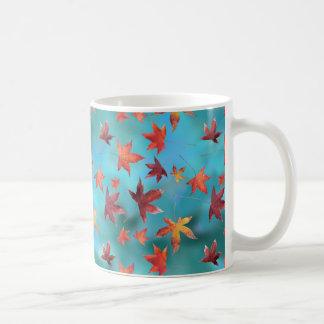 Totes Blätter über Türkis Kaffeetasse