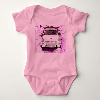 Trabant-Auto und rosa/lila Berliner Mauer Babybody