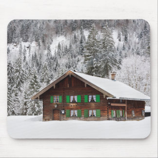 Traditionelles hölzernes Haus in Bayern mousepad