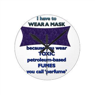 Tragen einer Maske weil Runde Wanduhr