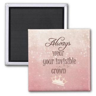 Tragen Sie immer Ihr unsichtbares Kronen-Zitat Quadratischer Magnet