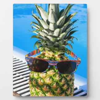 Tragende Sonnenbrille der Ananas am Swimmingpool Fotoplatte