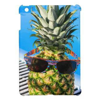 Tragende Sonnenbrille der Ananas am Swimmingpool iPad Mini Hülle
