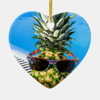 Tragende Sonnenbrille der Ananas am Swimmingpool Keramik Herz-Ornament