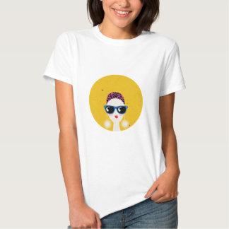 tragende Sonnenbrille des Modemädchens Shirts