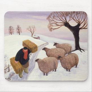 Tragendes Heu zu den Schafen im Winter Mousepad