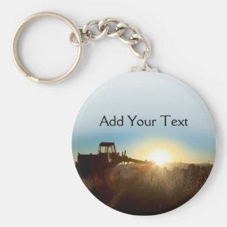 Traktor am Sonnenaufgang Keychain Standard Runder Schlüsselanhänger