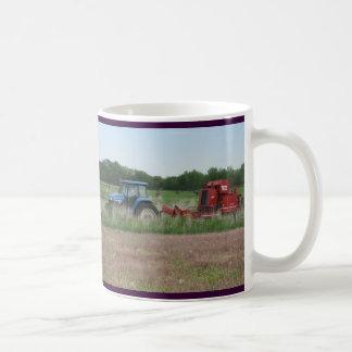 Traktor auf dem Gebiet Kaffeetasse