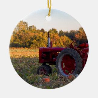 Traktor auf einem Kürbisgebiet Keramik Ornament