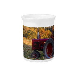 Traktor auf einem Kürbisgebiet Krug