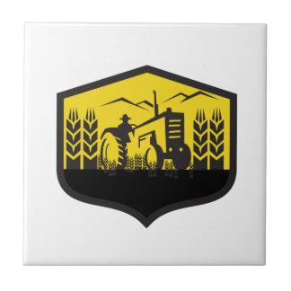 Traktor, der das Weizen-Bauernhof-Wappen Retro Keramikfliese