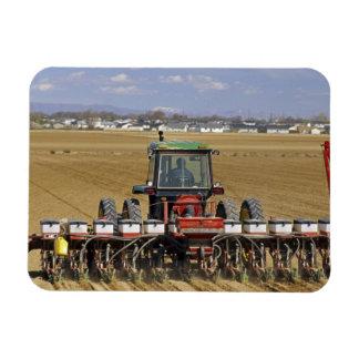 Traktor, der einen Maissaatgutpflanzer zieht Flexible Magnete