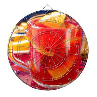 Transparente Tasse mit Zitrusfrucht verrührtem Dartscheibe