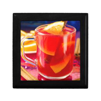 Transparente Tasse mit Zitrusfrucht verrührtem Erinnerungskiste