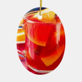 Transparente Tasse mit Zitrusfrucht verrührtem Keramik Ornament