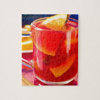 Transparente Tasse mit Zitrusfrucht verrührtem Puzzle