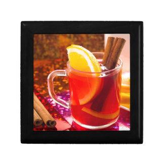 Transparente Tasse Tee mit Zitrusfrucht und Zimt Geschenkbox