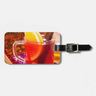 Transparente Tasse Tee mit Zitrusfrucht und Zimt Kofferanhänger