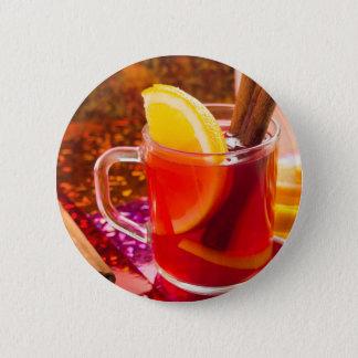 Transparente Tasse Tee mit Zitrusfrucht und Zimt Runder Button 5,7 Cm