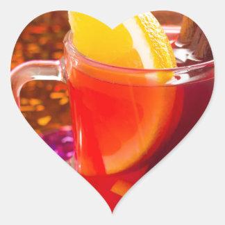Transparente Tasse Tee mit Zitrusfrucht, Zimt Herz-Aufkleber
