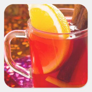 Transparente Tasse Tee mit Zitrusfrucht, Zimt Quadratischer Aufkleber