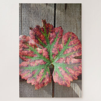 Trauben-Blatt auf einer rustikalen hölzernen Tür Puzzle