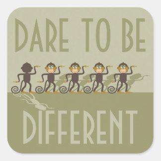 Trauen Sie sich, unterschiedlich zu sein, Affen, Quadratischer Aufkleber