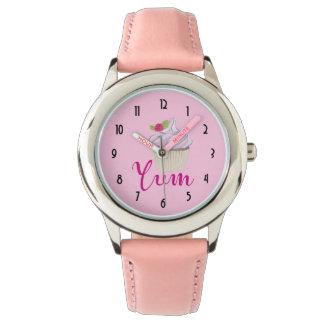Träumerischer rosa kleiner Kuchen mit Himbeere Uhr