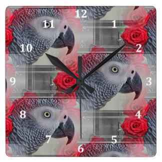 Träumerisches afrikanisches Grau mit Roten Rosen Quadratische Wanduhr