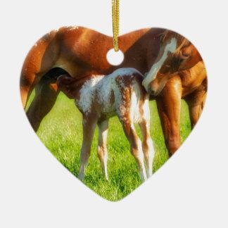 Träumerisches, neues Pferdefohlen mit Mutter Keramik Ornament