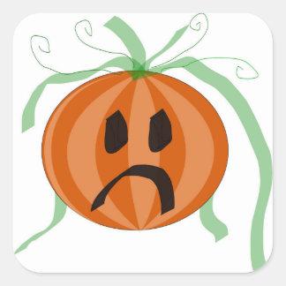 Traurige Halloween-Kürbis-Kürbislaterne, die einen Quadratischer Aufkleber