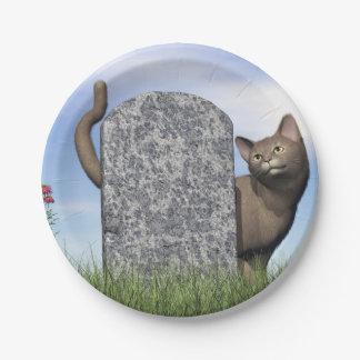 Traurige Katze nahe Grabstein Pappteller