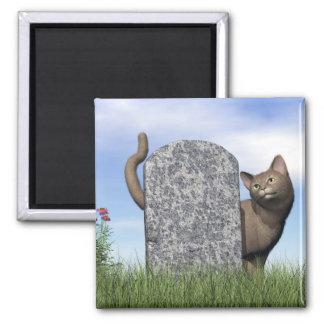 Traurige Katze nahe Grabstein Quadratischer Magnet