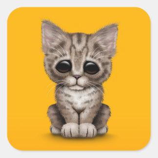 Traurige niedliche Browntabby-Kätzchen-Katze auf Quadratischer Aufkleber