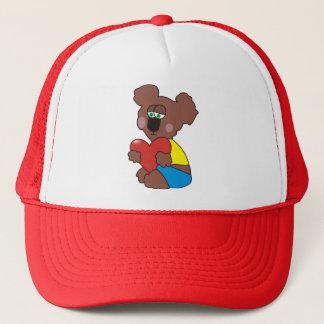 Trauriger Teddybär mit einem Herz-Hut Truckerkappe
