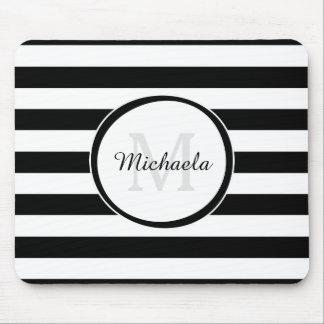 Trendy Schwarz-weiße Streifen mit Monogramm und Mauspad