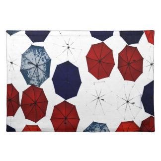Trendy Weißregenschirme des blauen Rotes des Stofftischset