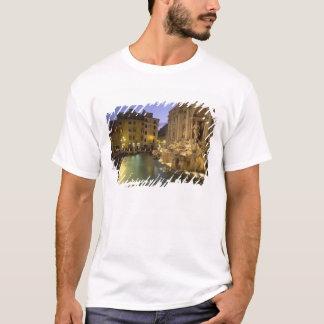 Trevi-Brunnen nachts, Rom, Lazio, Italien T-Shirt