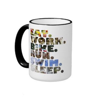 Triathlete essen Arbeits-Fahrrad-LaufSchwimmen-Sch Kaffee Haferl