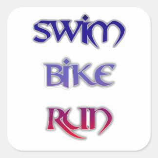 Triathlon-Schwimmen-Fahrrad-Lauf Quadratischer Aufkleber