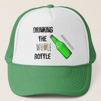 Trinken des ganzen Flaschen-Bier-Hutes Truckerkappe