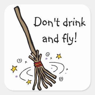 Trinken Sie nicht und fliegen Sie! Quadratischer Aufkleber