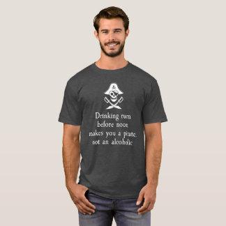 Trinkender Rum vor Mittag macht Sie einen Piraten T-Shirt