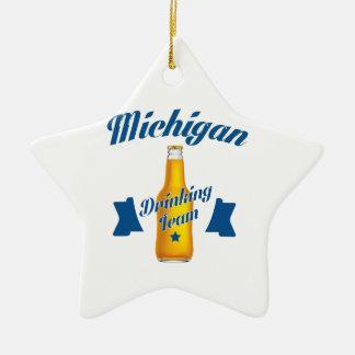 Trinkendes Team Michigans Keramik Ornament