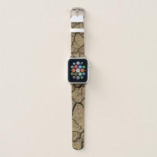 Trockenes Land mit gebrochener Erde in der Dürre Apple Watch Armband
