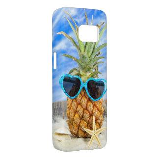 tropische Ananas in der Sonnenbrille