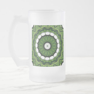 Tropische grüne und weiße Flora-Mandala Mattglas Bierglas