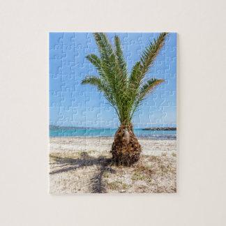 Tropische Palme auf sandigem Strand Puzzle