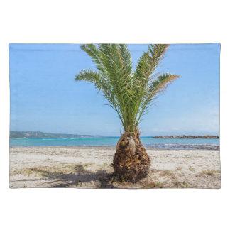 Tropische Palme auf sandigem Strand Stofftischset